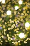 Der abstrakte helle goldene bokeh Hintergrund im Weihnachtsfest Stockbilder