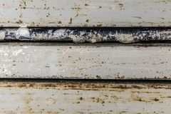 Der abstrakte Hintergrund aufgrund von rechteckigen und zylinderförmigen Metallbauten, altes verwendetes Eisenprofil Lizenzfreies Stockfoto