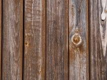 Der abstrakte Hintergrund der braunen Vertikale alterte Kiefernbretter Lizenzfreie Stockbilder