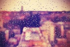 Der abstrakte Hintergrund, der vom Regen gemacht wird, fällt auf Fenster Lizenzfreie Stockfotografie