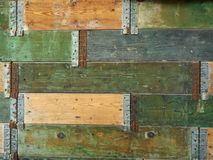 Der abstrakte Hintergrund einer Holzoberfläche, aus Brett von Grünem und von Gelbem bestehend, befestigte sich zusammen durch Met Stockfoto