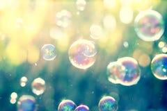 Der abstrakte Hintergrund von der Seifenblase in der Luft mit Natur Lizenzfreies Stockbild