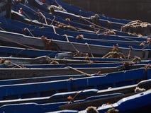 Der abstrakte Schmutzhintergrund, der vom hölzernen Boot der Holzperlen gemacht wird, springen mit den Seilen Lizenzfreies Stockfoto
