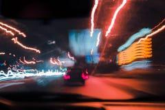 Der abstrakte verwischte Hintergrund färbte Kennzeichen von der sich schnell bewegenden Autonacht Lizenzfreies Stockfoto