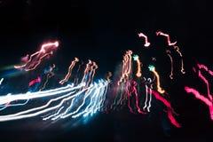 Der abstrakte verwischte Hintergrund färbte Kennzeichen von der sich schnell bewegenden Autonacht Stockfoto
