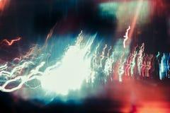 Der abstrakte verwischte Hintergrund färbte Kennzeichen von der sich schnell bewegenden Autonacht Stockfotos