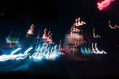 Der abstrakte verwischte Hintergrund färbte Kennzeichen von der sich schnell bewegenden Autonacht Stockbilder