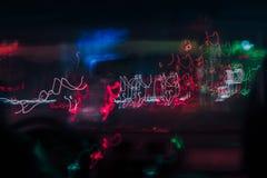 Der abstrakte verwischte Hintergrund färbte Kennzeichen von der sich schnell bewegenden Autonacht Stockfotografie