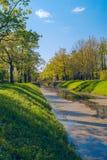 Der Abzugsgraben mit einer Brücke im Park von Pushkin Lizenzfreies Stockfoto