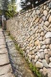 Der Abzugsgraben und die Steinwand Stockbild