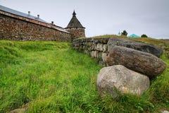 Der Abzugsgraben vor einer Wand von Solovetsky-Kloster Stockbilder