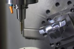 Der 5 Achse CNC-Maschinenausschnitt das Beispielteil Lizenzfreies Stockfoto