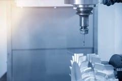 Der 5 Achse CNC-Maschinenausschnitt das Beispielteil Stockfoto