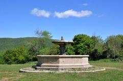 Der achteckige Brunnen vor der Kirche von San Bonaventura Lizenzfreie Stockfotos