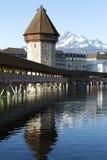 Der achteckige Turm nahe bei Kapellen-Brücke Stockbilder