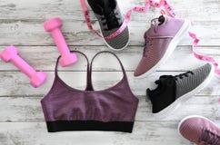 Der Active der Frauen kleidet Gamaschen, BHschuheturnschuhe und e Stockfotos