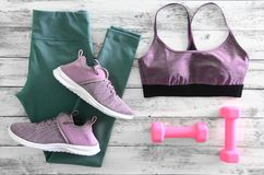Der Active der Frauen kleidet Gamaschen, BHschuheturnschuhe und e Lizenzfreies Stockbild