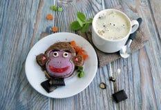 Der Affe wird von der Eiscreme und dem Kaffee gemacht Stockbilder