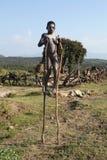 Der afrikanische Junge auf Stelzen Stockfotografie