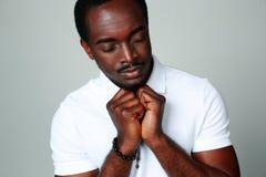 Der afrikanische Mann, der mit seinem betet, mustert geschlossenes Stockfotos