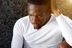 Der Afroamerikanermann, der nach stillsteht, arbeiten aus Lizenzfreie Stockfotografie