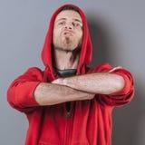 Der aggressive Mann 40s, der mit den Armen steht, kreuzte vorwärts Lizenzfreie Stockfotos