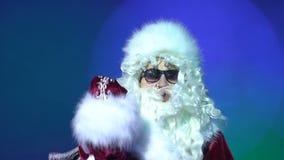 Der aggressive Weihnachtsmann ist gestört zeigend und eine Faust an der Partei Verlieren Sie Steuerung stock video