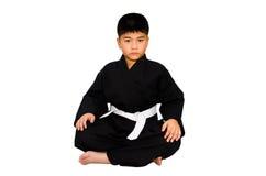 Der Aikido im Kimono auf einem weißen Hintergrund. Lizenzfreie Stockbilder