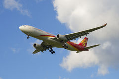 Der Airbus A330-343 (B-5910) Hainan Airlines im Flug Lizenzfreie Stockfotos