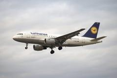 Der Airbus A319-100 (D-AILE) Lufthansa fliegt auf den Hintergrund eines düsteren Himmels Stockfotos