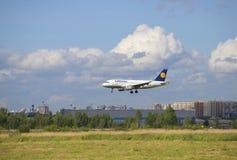 Der Airbus A319 (D-AILN) von Fluglinien Lufthansa in Pulkovo-Flughafen St Petersburg Lizenzfreie Stockfotos