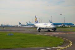 Der Airbus A319 D-AILN von Lufthansa-Fluglinie auf der Rollbahn von Schiphol-Flughafen auf einem bewölkten Morgen Lizenzfreie Stockfotos