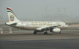 Der Airbus A318-321 (A6-EIM) auf der Rollbahn des Flughafens Abu Dhabi Lizenzfreie Stockfotos