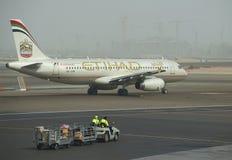 Der Airbus A318-321 (A6-EIM) vor Abfahrt Der Flughafen von Abu Dhabi Lizenzfreies Stockbild