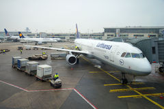 Der Airbus A321-100 Lufthansa auf der Plattform des Flughafens von Frankfurt, düsterer Dezember-Tag Stockfotografie