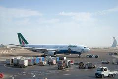 Der Airbus A330 - MSN 1123 (EI-EJG) Alitalia auf dem Schutzblech des Flughafens Abu Dhabi Lizenzfreie Stockfotografie