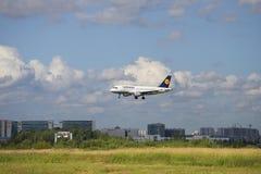 Der Airbus A319 von Lufthansa ist auf der Landung in Pulkovo-Flughafen St Petersburg Stockbild