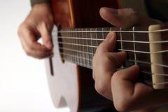 Der Akkord, der klassische Gitarrennahaufnahme spielt Stockfotos