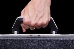 Der Aktenkoffer in der weiblichen Hand Lizenzfreie Stockfotos
