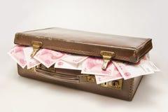 Der Aktenkoffer gefüllt mit China RMB stockfotos
