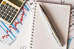 Der Aktienpreis, das Ergebnis berechnen und schreiben Lizenzfreies Stockbild