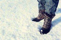 Der aktive Mann, der im Schnee steht, bedeckte Landschaft Stockfotos