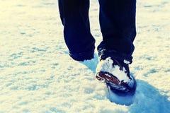 Der aktive Mann, der im Schnee wandert, bedeckte Landschaft Lizenzfreie Stockfotografie