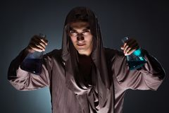 Der Alchemist, der Experimente im Alchimiekonzept tut Stockfotografie