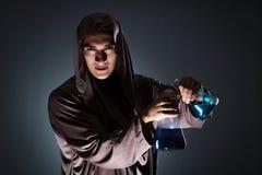 Der Alchemist, der Experimente im Alchimiekonzept tut Lizenzfreies Stockfoto