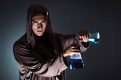Der Alchemist, der Experimente im Alchimiekonzept tut Lizenzfreie Stockfotos