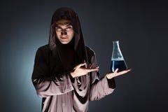 Der Alchemist, der Experimente im Alchimiekonzept tut Stockbild
