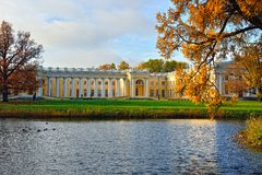 Der Alexander-Palast in Pushkin. Herbstlandschaft Lizenzfreie Stockfotografie