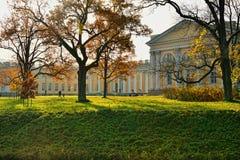 Der Alexander-Palast in Pushkin, Herbstlandschaft Lizenzfreie Stockbilder