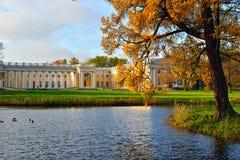 Der Alexander-Palast in Pushkin. Herbstlandschaft Stockbilder